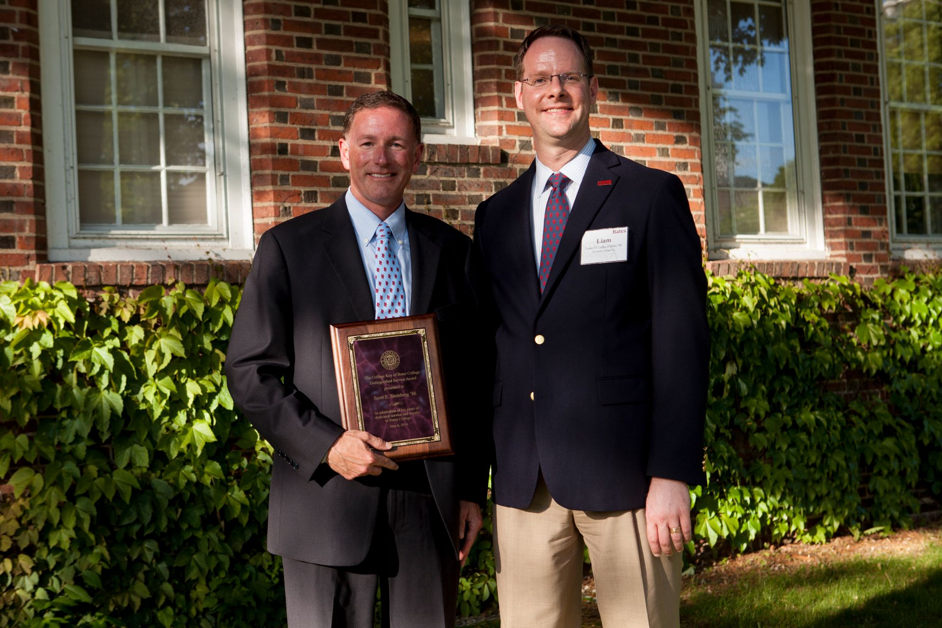 Scott Steinberg '86, left, with College Key president Liam Leduc Clark '98 on June 6. 2014. (Sarah Crosby/Bates College)