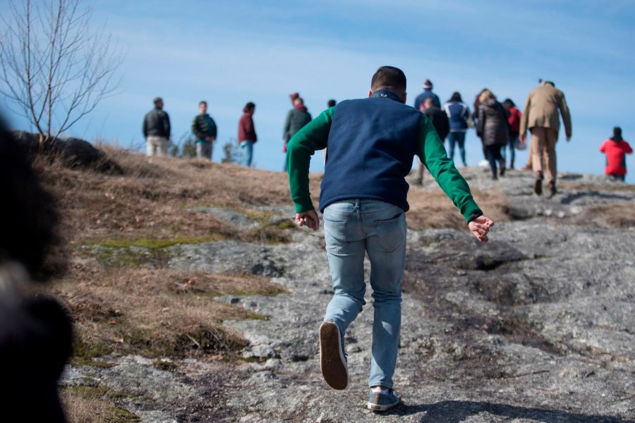 During an April reception to welcome newly admitted students to campus, a prospective member of the Class of 2022 joins other admitted students and their families for the short but steep hike up Mount David. (Phyllis Graber Jensen/Bates College)