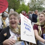 Mary Hudson Roby '58 and Batestar student Lisa Hartung '10 share a laugh along the parade route.