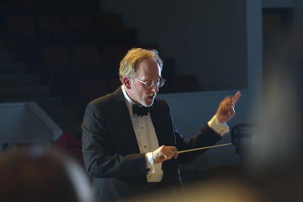 John Corrie conducts the Bates College Choir.