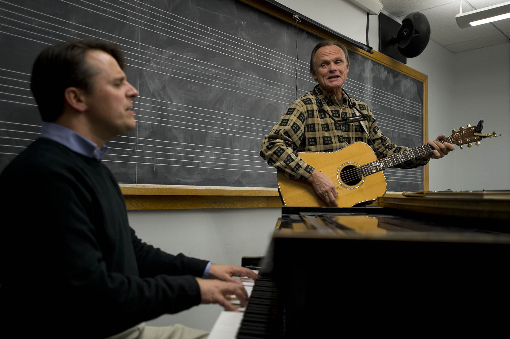 "Renowned singer-songwriter Jonathan Edwards, at right, performs with Lecturer in Music Tom Snow during Snow's ""Popular Composition and Arranging"" class in 2013. Photograph by Michael Bradley/Bates College."