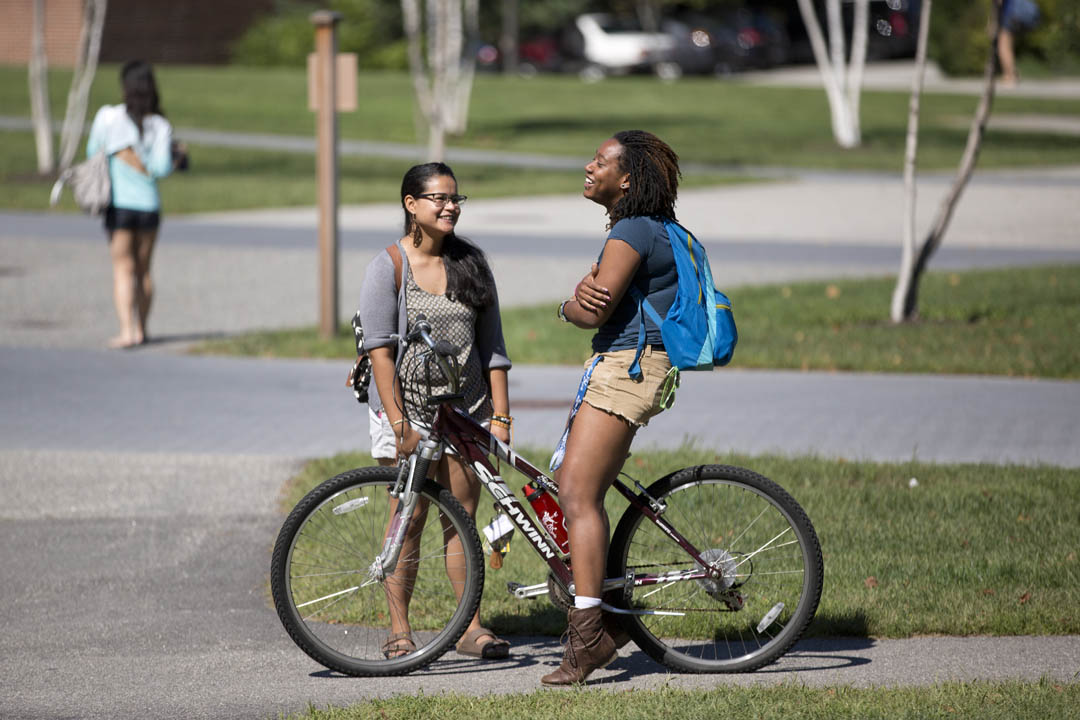Friends cross paths near the Alumni Walk on the first day of classes.(Phyllis Graber Jensen/Bates College)