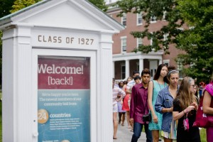 Students stream past the Mouthpiece, which features a Class of 2018 welcome poster, as they walk to the Historic Quad for Convocation on Sept. 2. (Phyllis Graber Jensen/Bates College)
