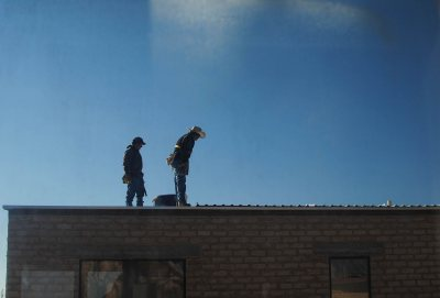 Workers on a rooftop in Marfa. (Martha Schnee '15)
