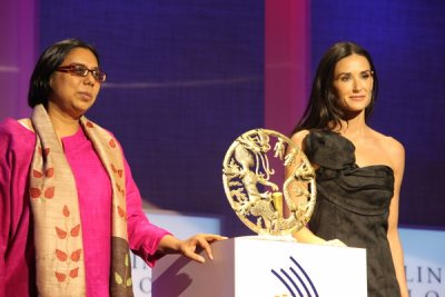 Ruchira Gupta, at left, shown with presenter Demi Moore, receives the 2009 Clinton Global Initiative award. (Apne Aap Women Worldwide)