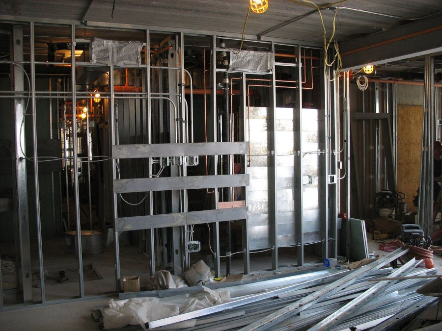 A third-floor living room at 280 College St. (Phyllis Graber Jensen/Bates College)