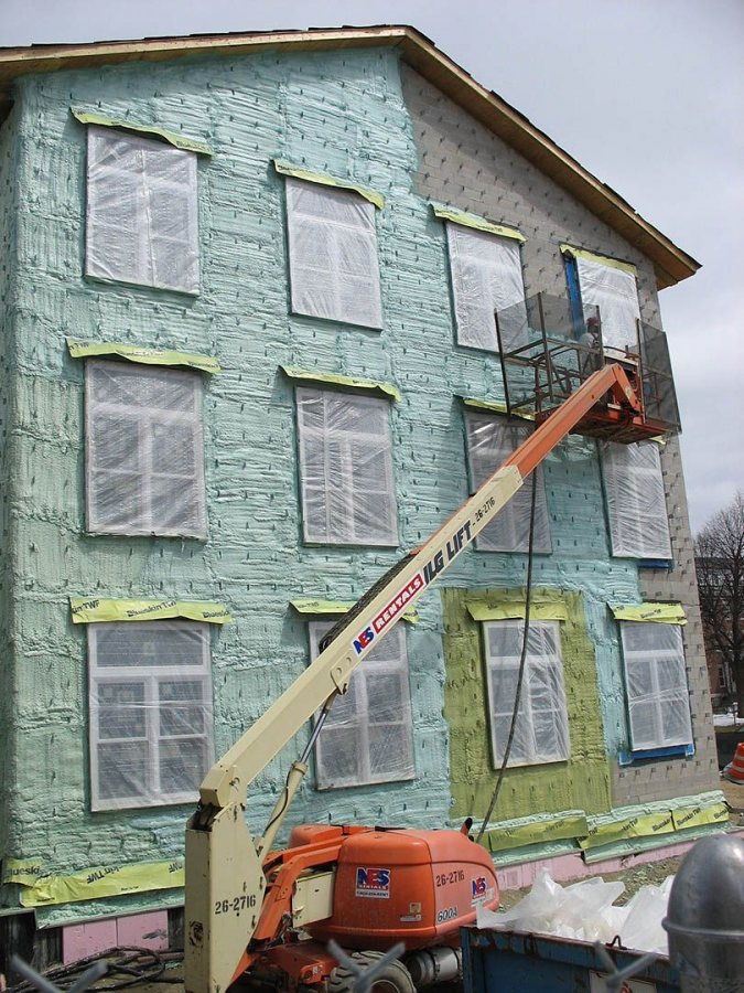 Spraying insulation on the new student housing on April 9, 2007. (Doug Hubley/Bates College)