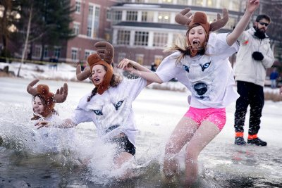 After a mild December, the first cold snap of the winter season helps to make Lake Andrews for Bobcats and all other creatures to join the Puddle Jump on Jan. 22. (Phyllis Graber Jensen/Bates College)
