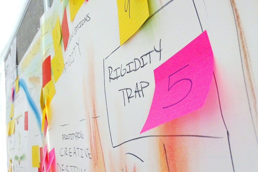 """Students in Fisher Qua's strategy course learned about concepts that stifle organizational change, such as """"rigidity trap,"""" where """"results aren't being produced but there's no change happening,"""" says Yutong Li '18 of Shanghai, China. (Jay Burns/Bates College)"""
