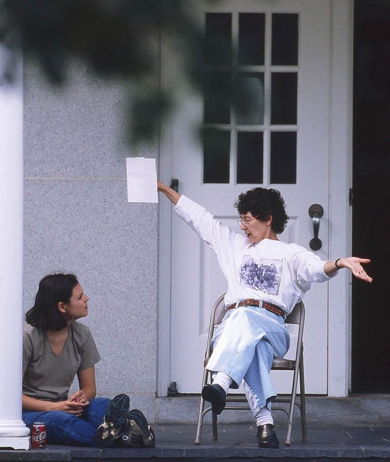 Marcy Plavin meets with a student outside Schaeffer Theatre, circa 1998. (Phyllis Graber Jensen/Bates College)