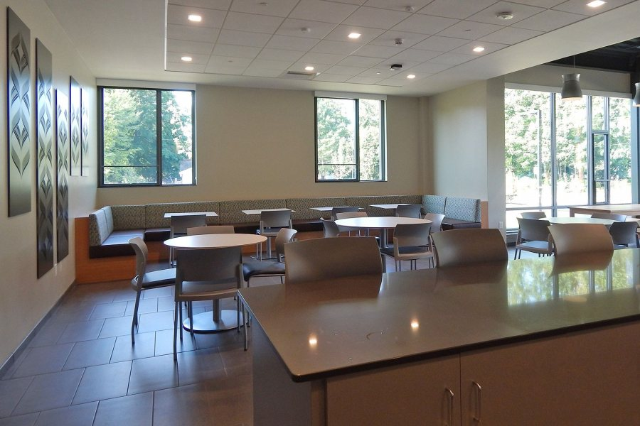 A variety of seating and table arrangements, including a long banquette and stools at the counter, accommodate a variety of personalities and activities in the Chu Hall kitchen. This image was take just days after the first students moved into Chu, in late August 2016. (Doug Hubley/Bates College)