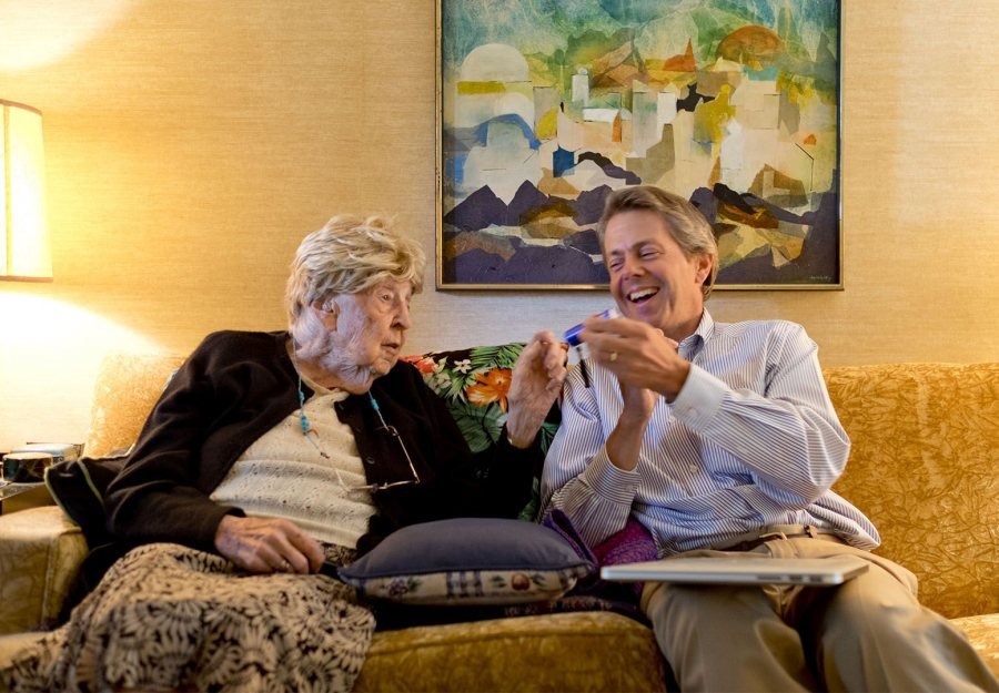BatesNews editor Jay Burns interviews 101-year-old alumna June Lovelace Griffin, Class of 1936, for a story in September 2015. (Phyllis Graber Jensen/Bates College)