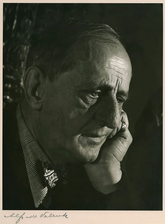Marsden Hartley depicted in a gelatin silver print made around 1940 by by Alfredo Valente, a photographer best-known for his images of Broadway actors and actresses. (Marsden Hartley Memorial Collection, Bates College Museum of Art)