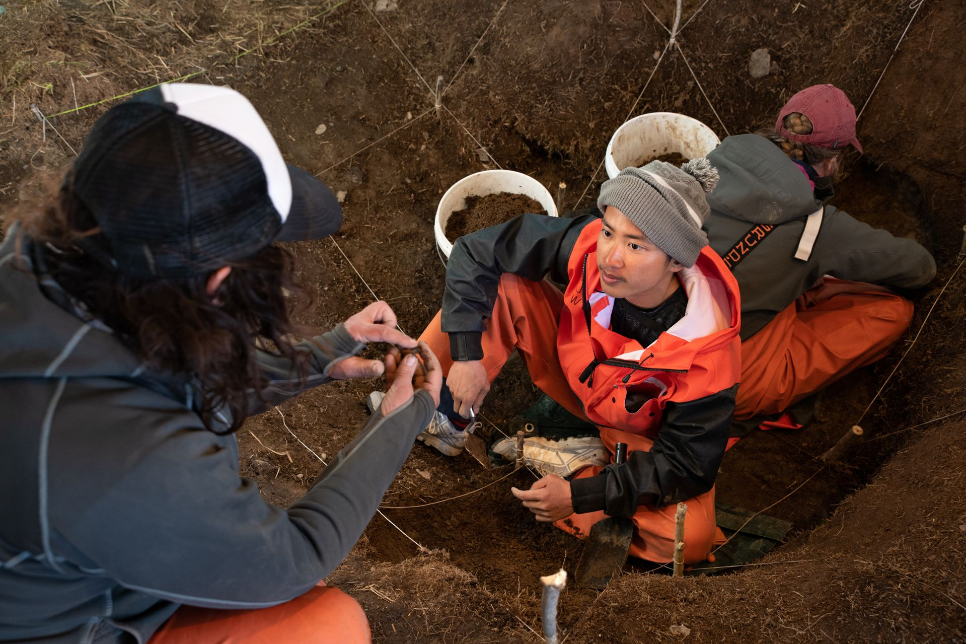 Jinzhi Wei '20 confers with Kristen Barnett inside the dig site. (Tim Leach for Bates College)