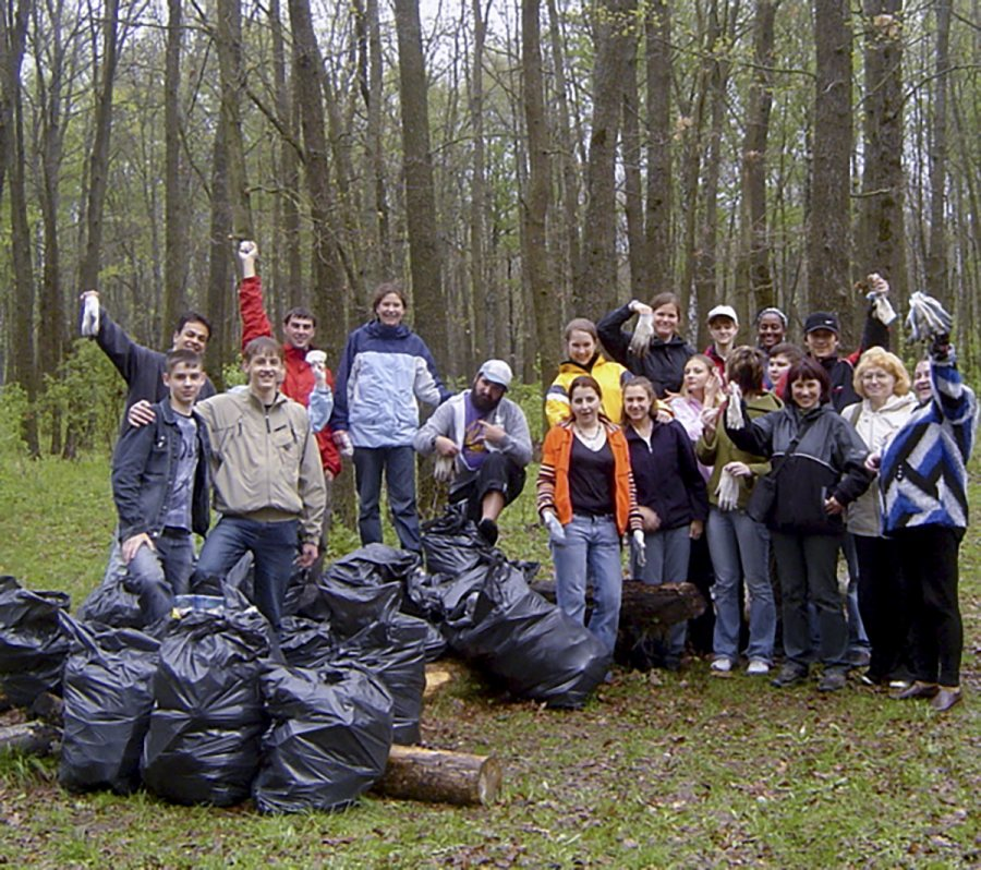 Costlow's students participate in a cleanup effort Orel. (Courtesy of Jane Costlow)