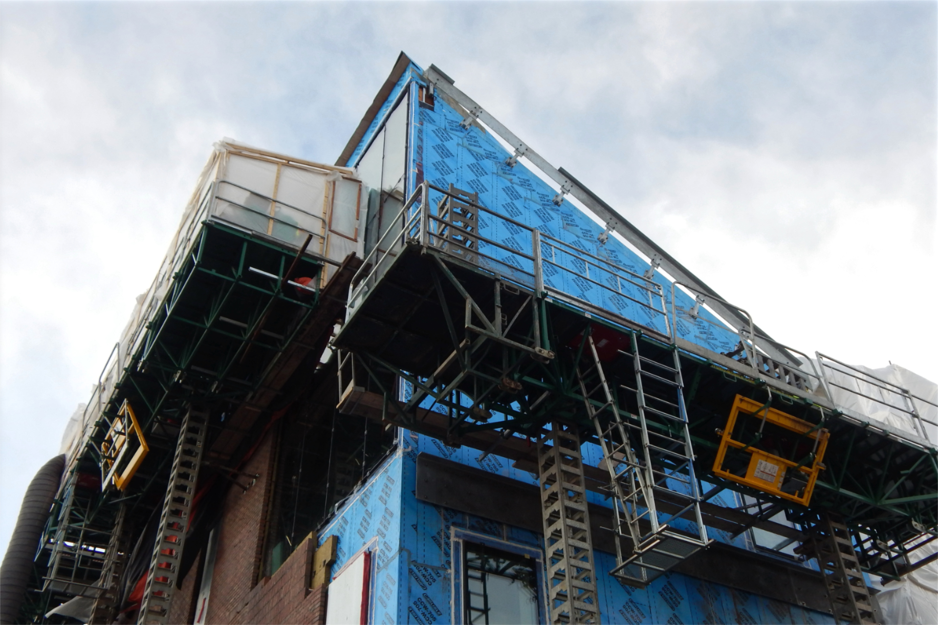 The corner of the Bonney Science Center where Bardwell Street and Campus Avenue meet is shown on Dec. 29. The metalwork atop the blue wall will support the outer lip of the rain gutter, as well as the uppermost courses of brick. (Doug Hubley/Bates College)